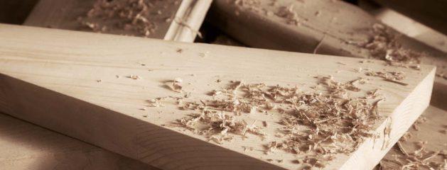 Madera de palets en suelo de parquet